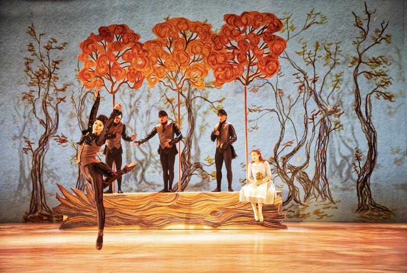 Snödrottningen (Scen 3) - Jennifer Wagstaffe som Kråkfrun och Laurie Nielsen som Gerda tillsammans med tre Kråkherrar i Kungariket