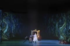 Snödrottningen (Scen 4) - Laurie Nielsen som Gerda i Rövarskogen tillsammans med Kråkorna