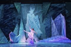 Snödrottningen (Scen 6) - Laurie Nielsen som Gerda med Oh Land i bakgrunden som Snödrottningen i hennes Palats