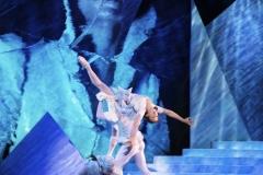 Snödrottningen (Scen 6) - Laurie Nielsen som Gerda med Snömonster och Oh Land i bakgrunden som Snödrottningen i hennes Palats