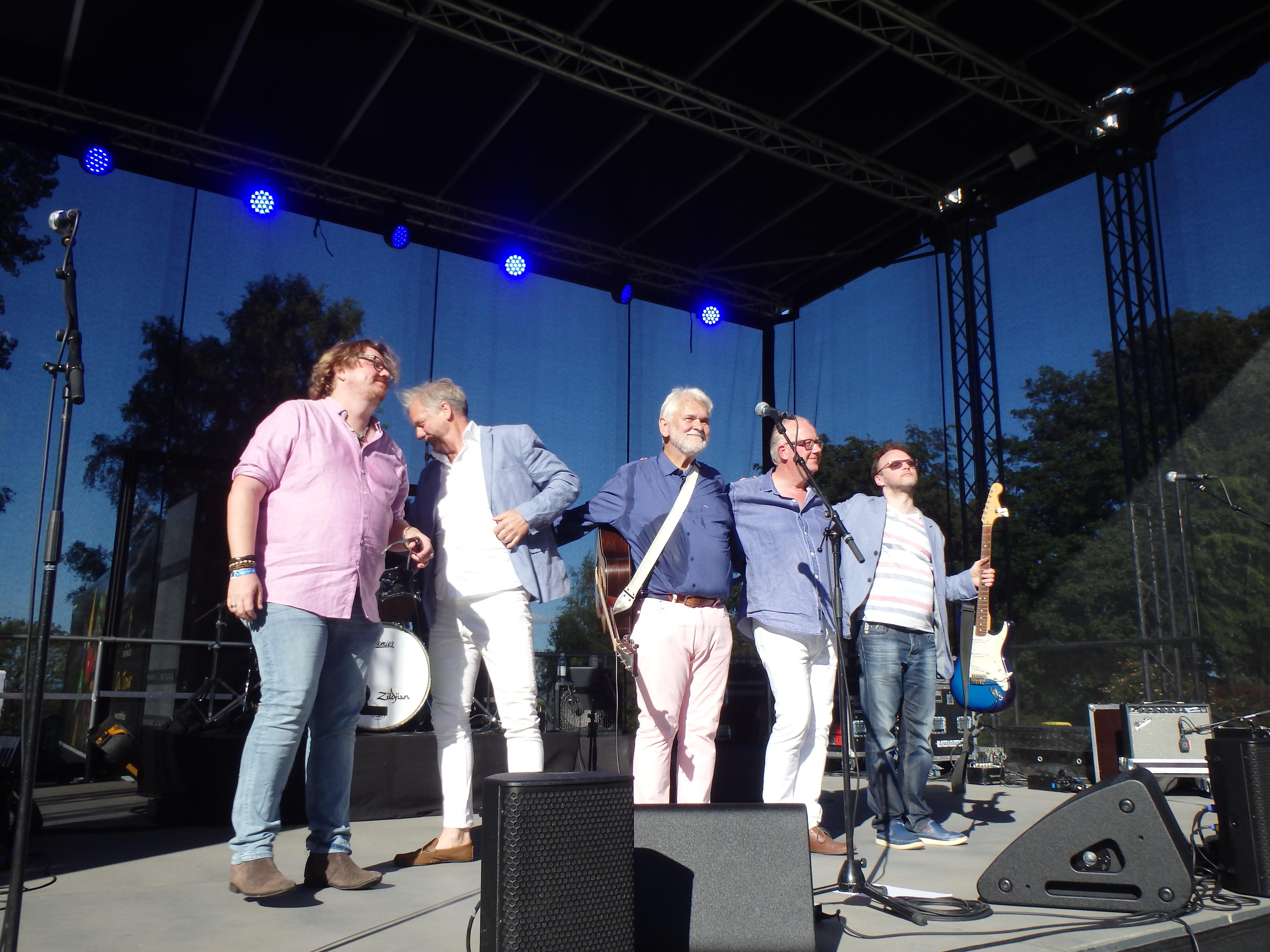 Hasse och bandet tackar för sig - Foto: Belinda Graham