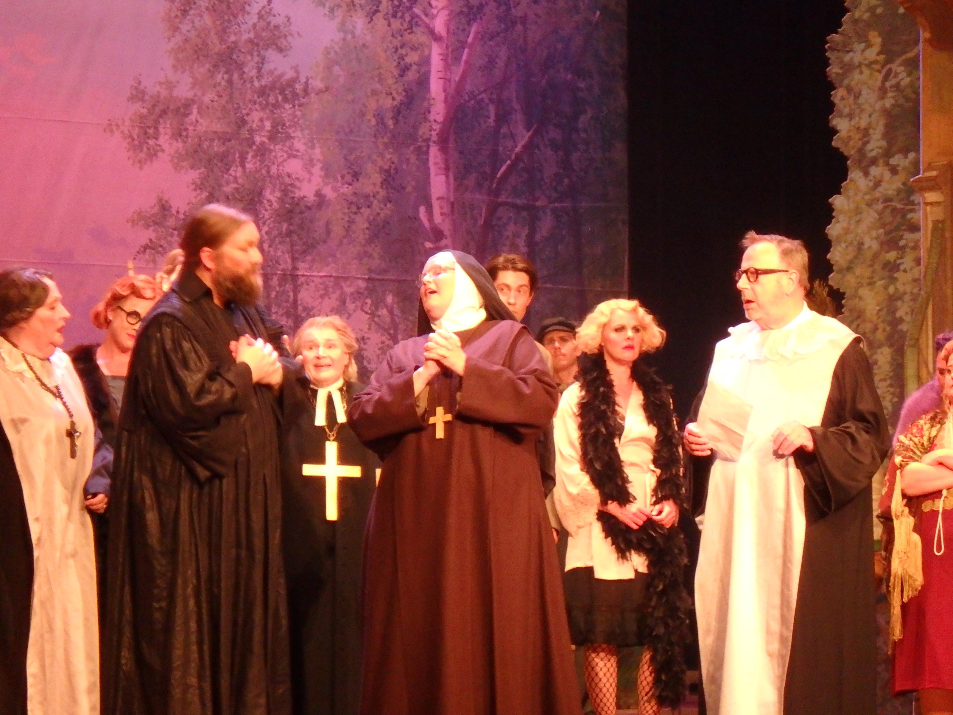 Slutligen dyker den verkliga nunnan upp - Foto: Belinda Graham