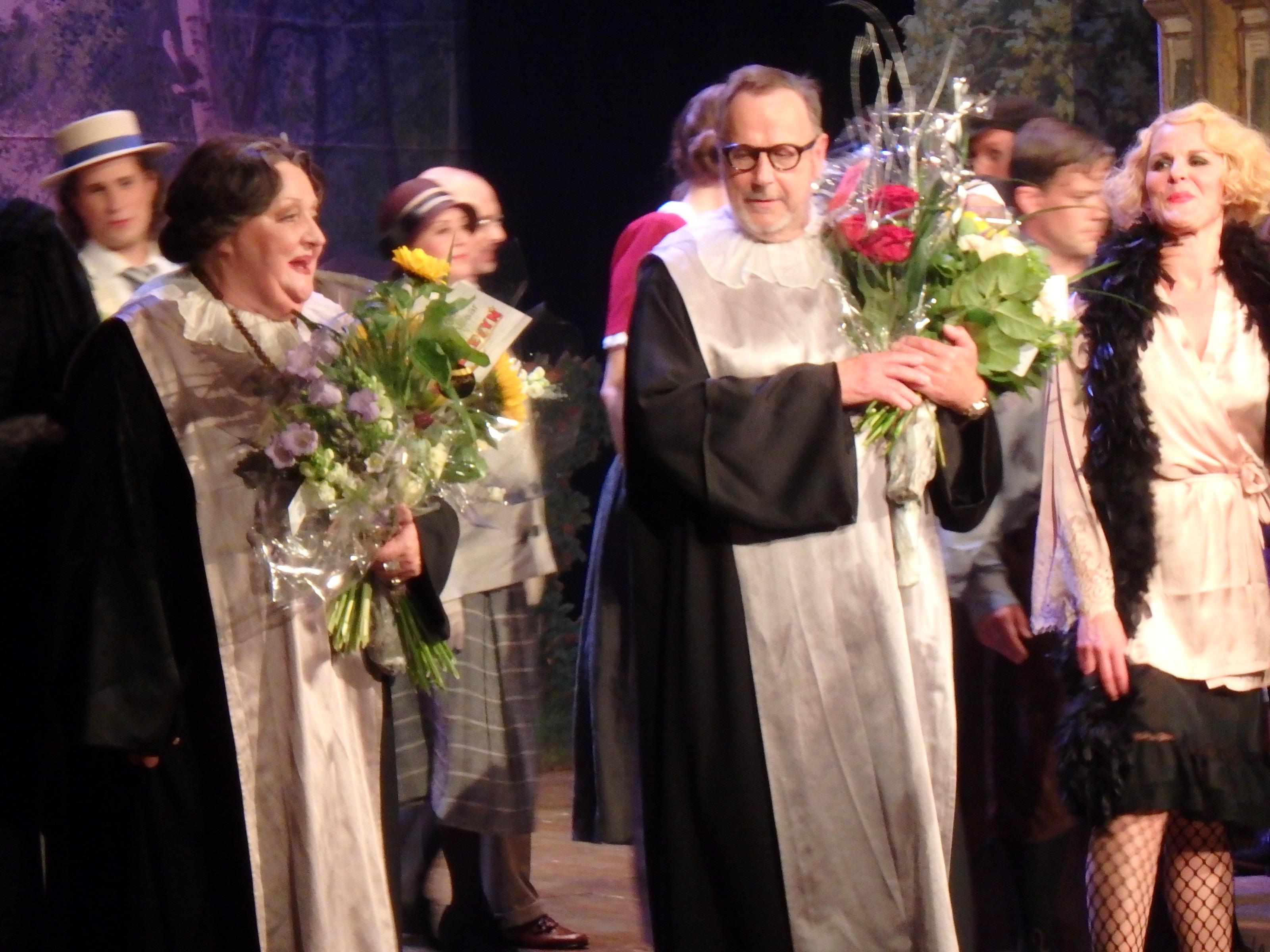 Ovationer och blommor för Marianne Mörck och Sven Melander och ensemblen - Foto: Belinda Graham
