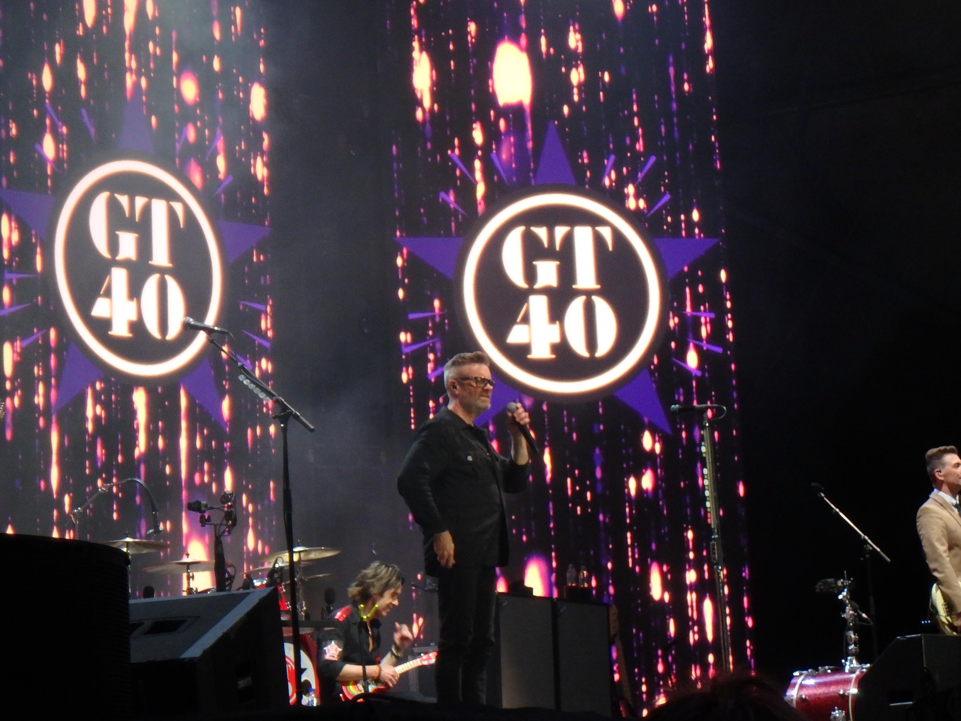 Micke Syd lovar att leverera kvällens längsta mellansnack och en ny låt - Låt denna trumslagarpojke sjunga - Foto: Belinda Graham