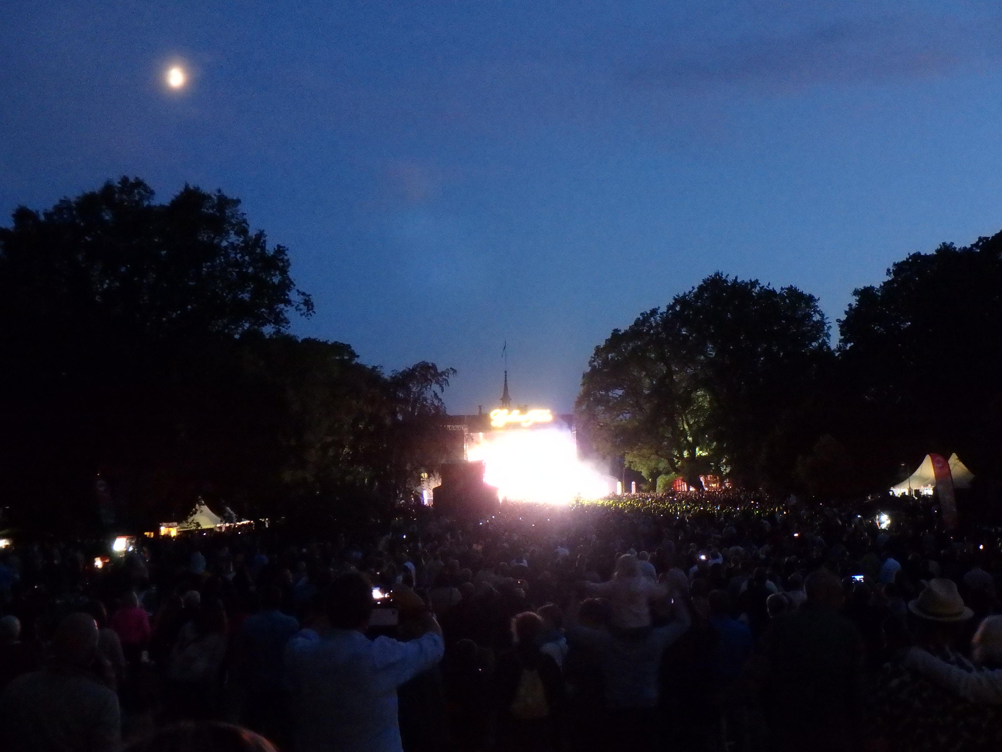 Månen går upp... - Foto: Belinda Graham