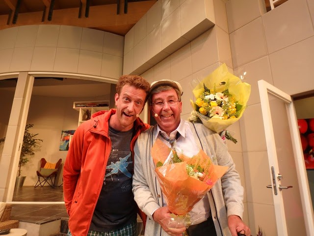 En akrobatisk Mikael Riesebeck i högform och en nedtonad Stefan Gerhardsson fick många skratt - och många blommor! - Foto: Belinda Graham
