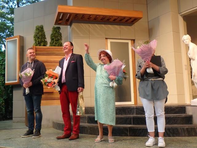 Siw Carlsson tackar för ovationerna! - Foto: Belinda Graham
