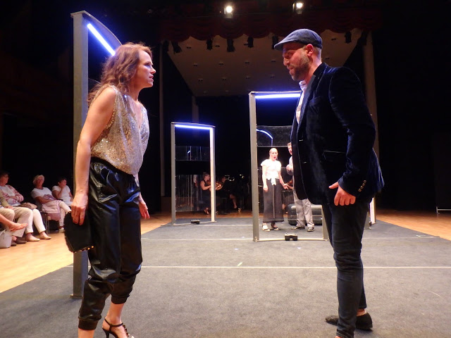 Det hettar till mellan Elvira (Lona Mohr Villadsen) och Don Giovanni (Tor Lind) i Mozarts Don Giovanni, i modern tappning av Skånska Operan, här på Palladium i Malmö - Foto: Belinda Graham