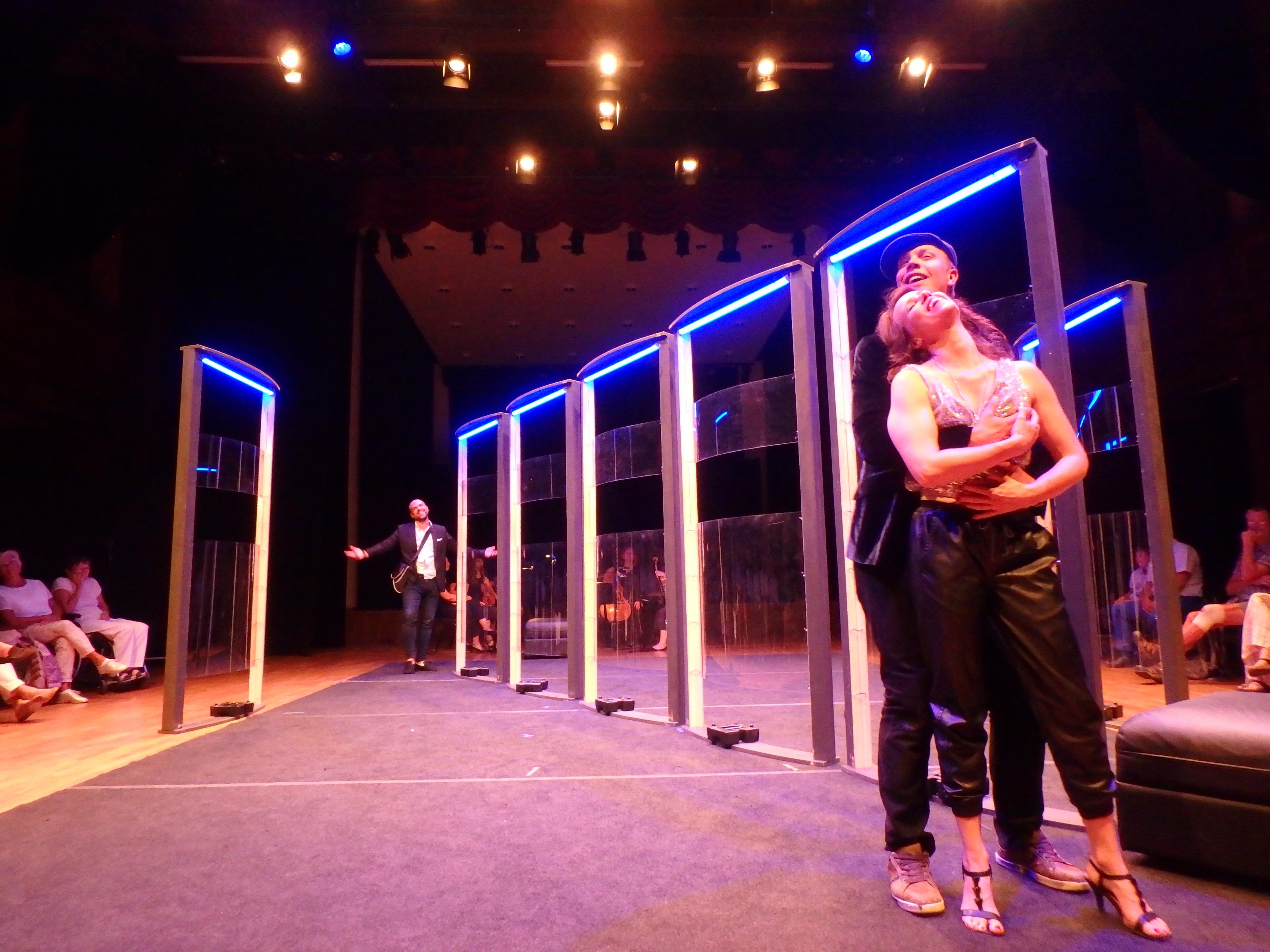 Leporello gör en Don Giovanni och hånglar med Elvira medan Don Giovanni ser på, på avstånd - Foto: Belinda Graham