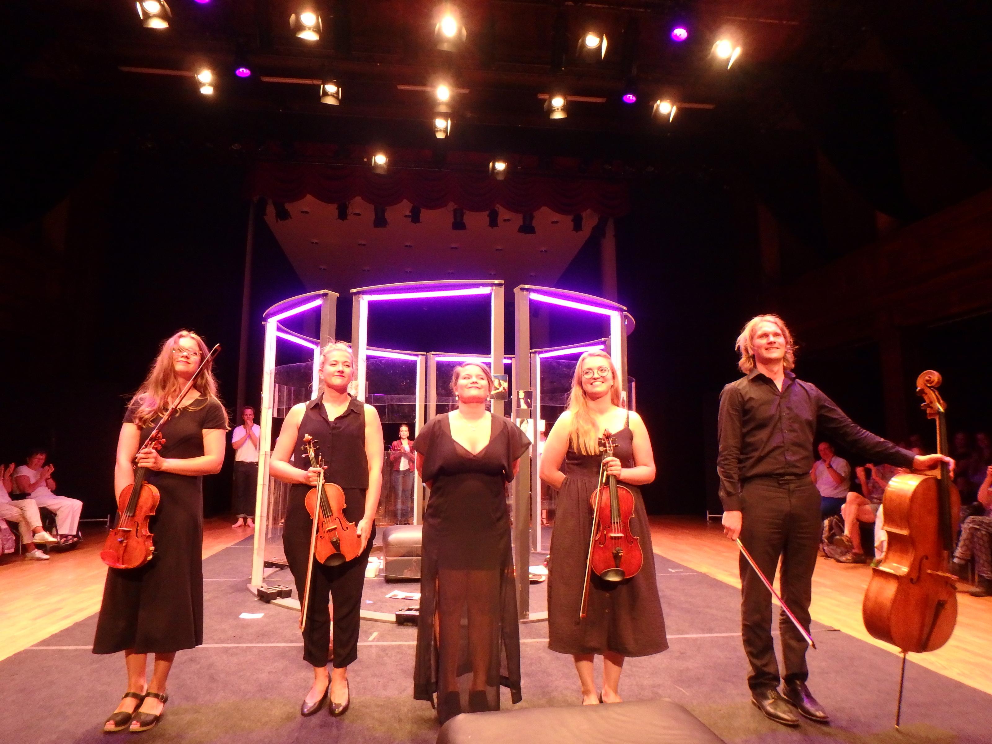 Ovationer för orkestern - Foto: Belinda Graham