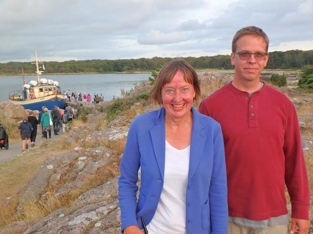 Språkguiden Ingrid Persson Skog och skepparen Nils Möller på Hallands väderö. I bakgrunden syns den berömda 100-åringen Nanny - Foto: Belinda Graham