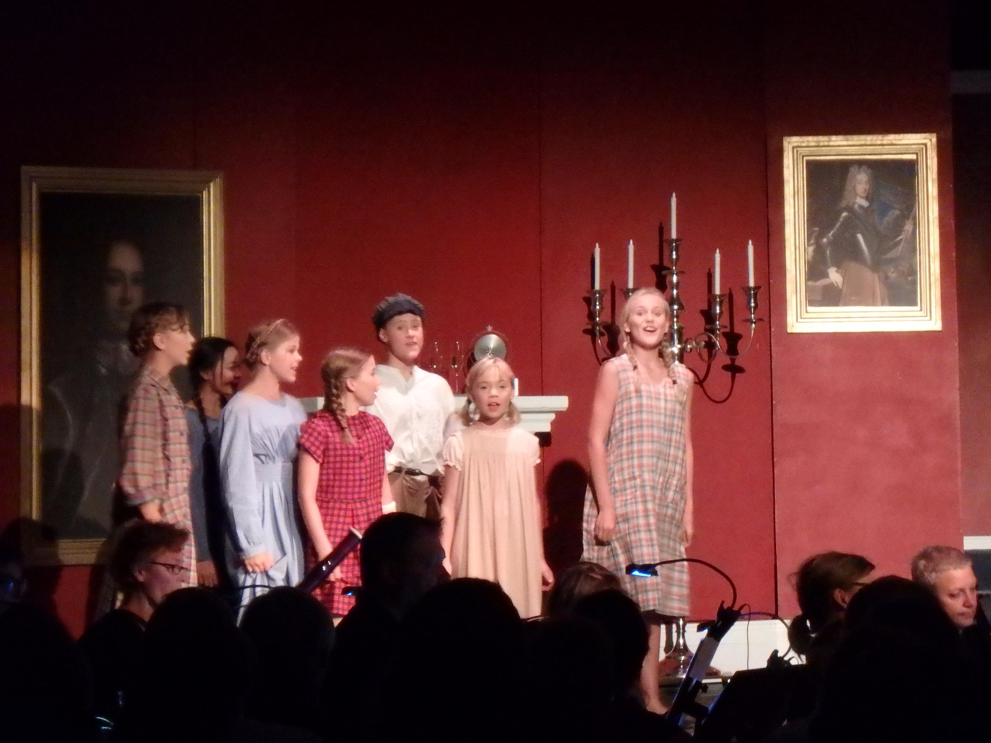 Ridån går upp för Spöket på Canterville och barnen väntar otåligt på att få se de rika amerikanerna... - Foto: Belinda Graham