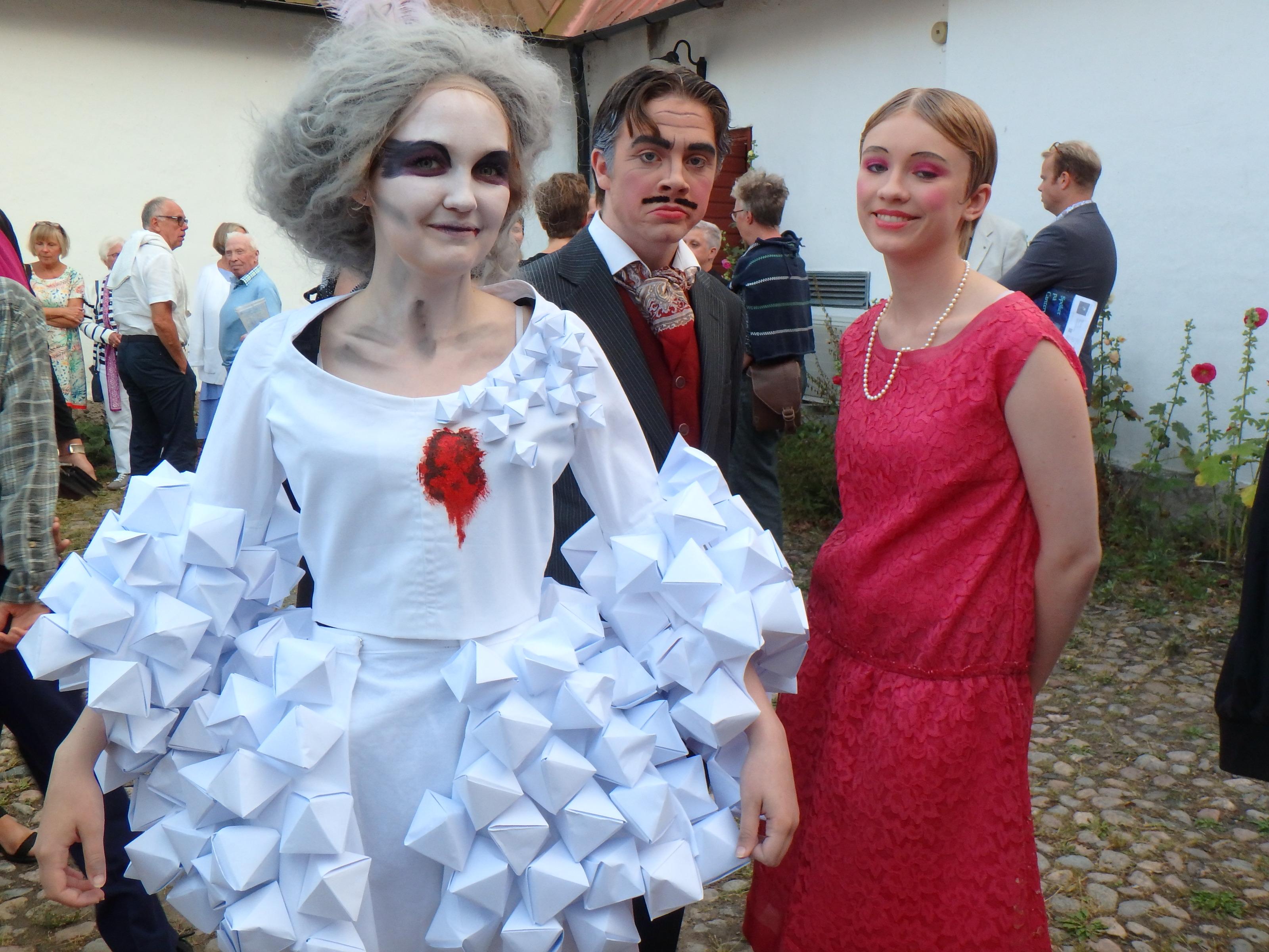 En fantastisk origami-klänning klär spöket Lady Eleanor... Den amerikanske dollarmiljonären och syster Sis beundrar den - Foto: Belinda Graham