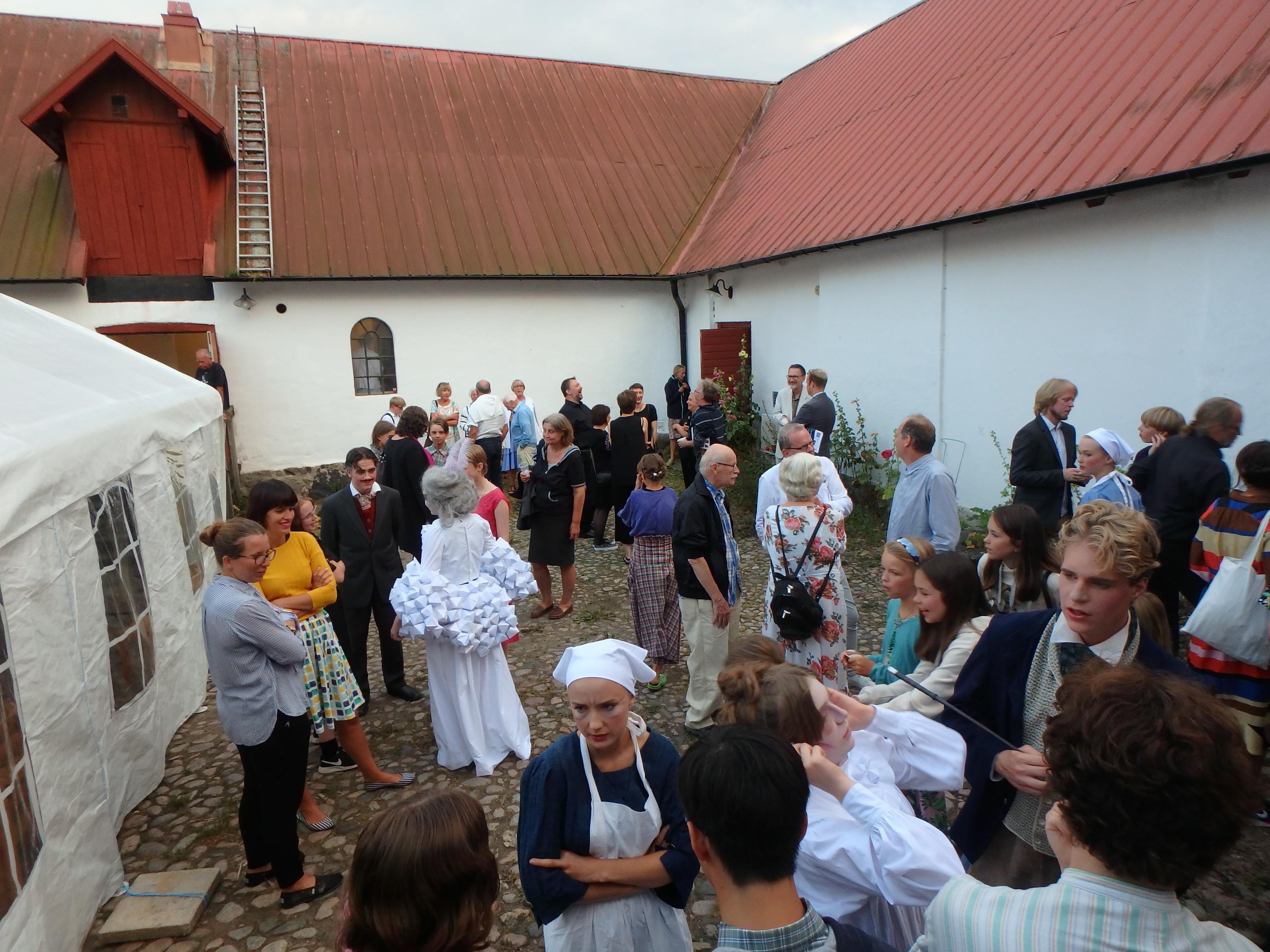 Mingel med besökare och skådespelare - Foto: Belinda Graham