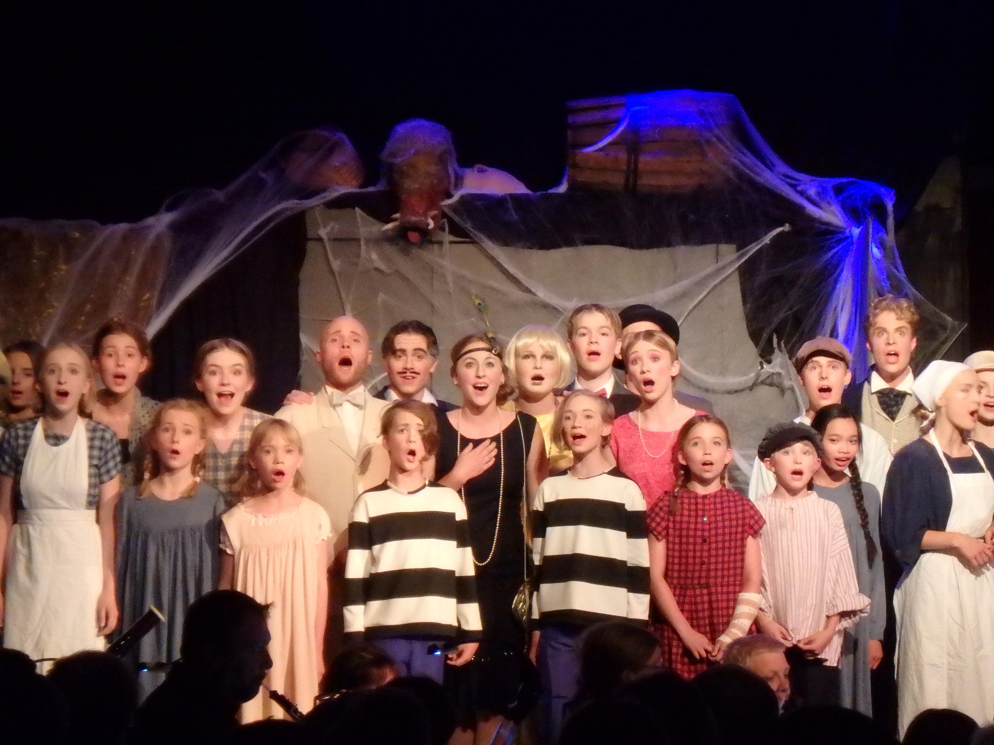Lyckligt slut och alla sjunger ut på scenen... - Foto: Belinda Graham